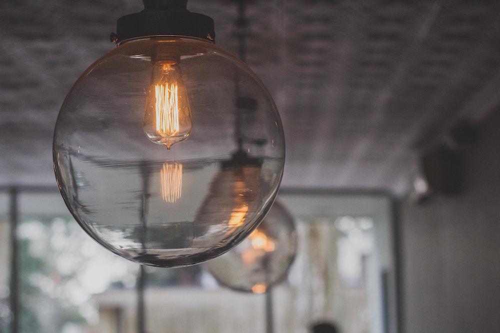 Pose de luminaires par la SARL Debono Électricité, électricien de Nimes.